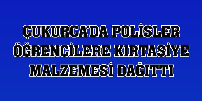 Çukurca'da polisler öğrencilere kırtasiye malzemesi dağıttı