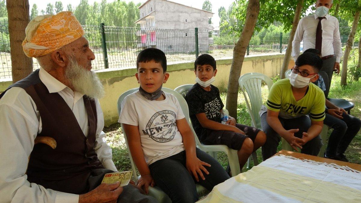 90 yaşındaki Kore Gazisi Hüsnü dededen öğrencilere tarih söyleşisi