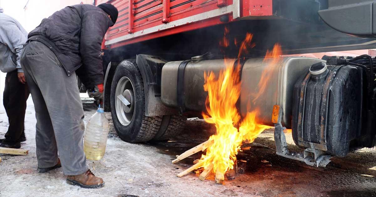 Ağrı'da tır şoförleri yakıt depoları donan araçlarını ateş yakarak çalıştırıyor