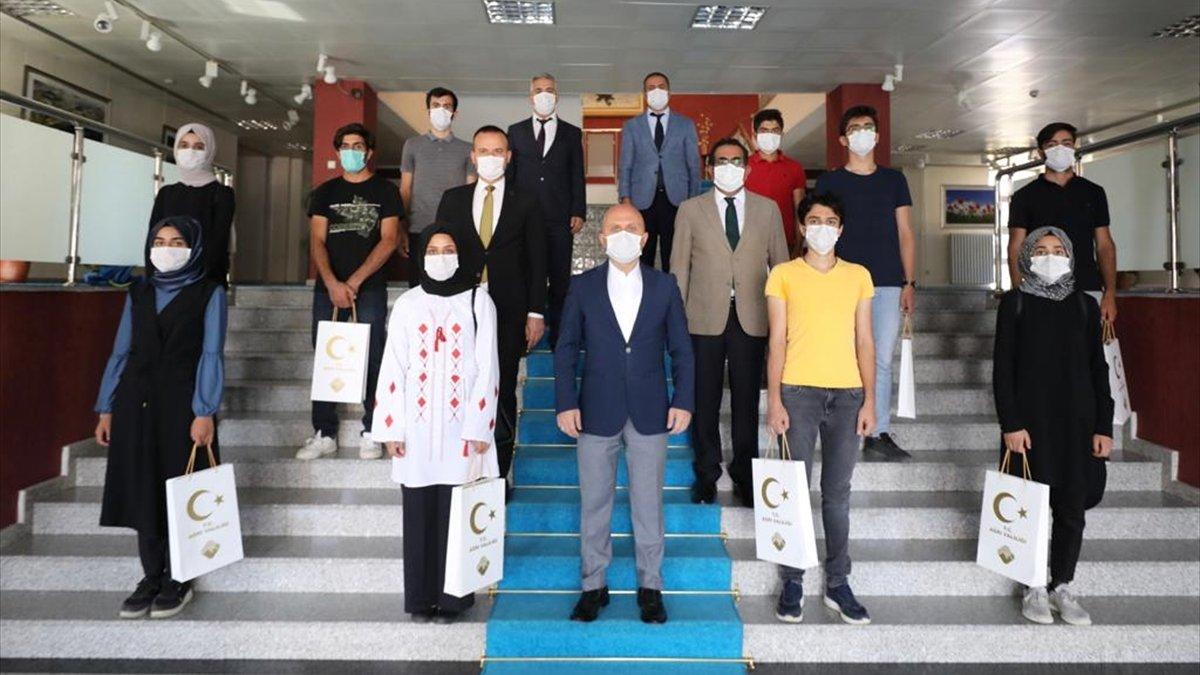 Ağrı'da, YKS'de başarılı olan öğrenciler Vali Osman Varol'u ziyaret etti