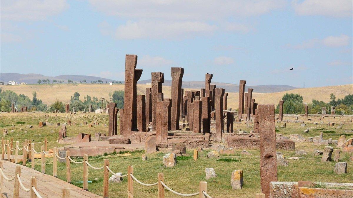 Ahlat'taki Selçuklu Meydan Mezarlığı ziyaretçilerini tarihe yolculuğa çıkarıyor