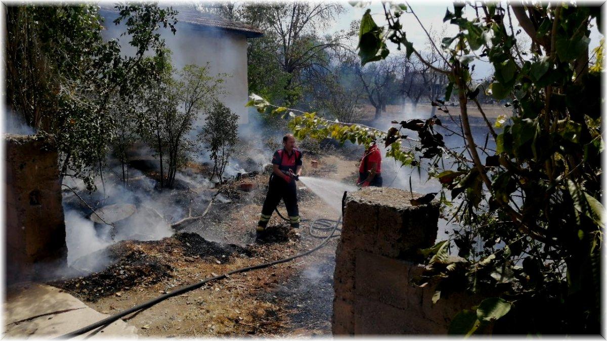 Bahçede çıkan yangın evlere sıçramadan kontrol altına alındı