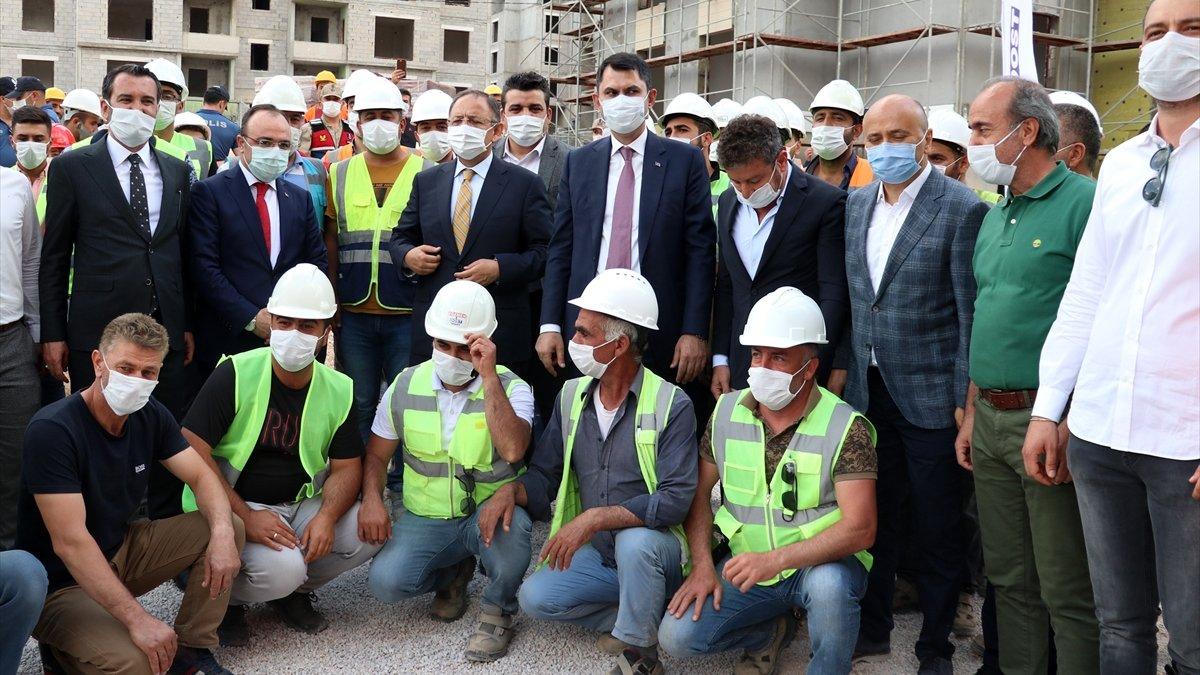 Bakanı Kurum Elazığ'da depremzedeler için yapılan konutlarda incelemelerde bulundu