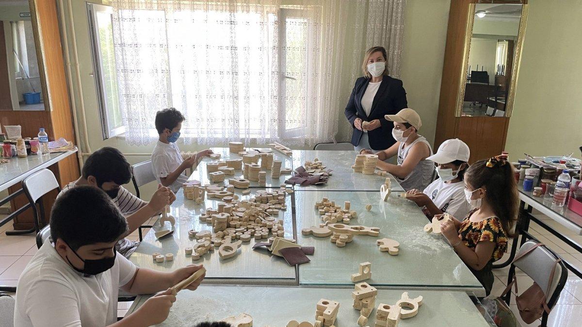 BİLSEM öğrencileri yaptıkları ahşap oyuncakları köy çocuklarına hediye etti