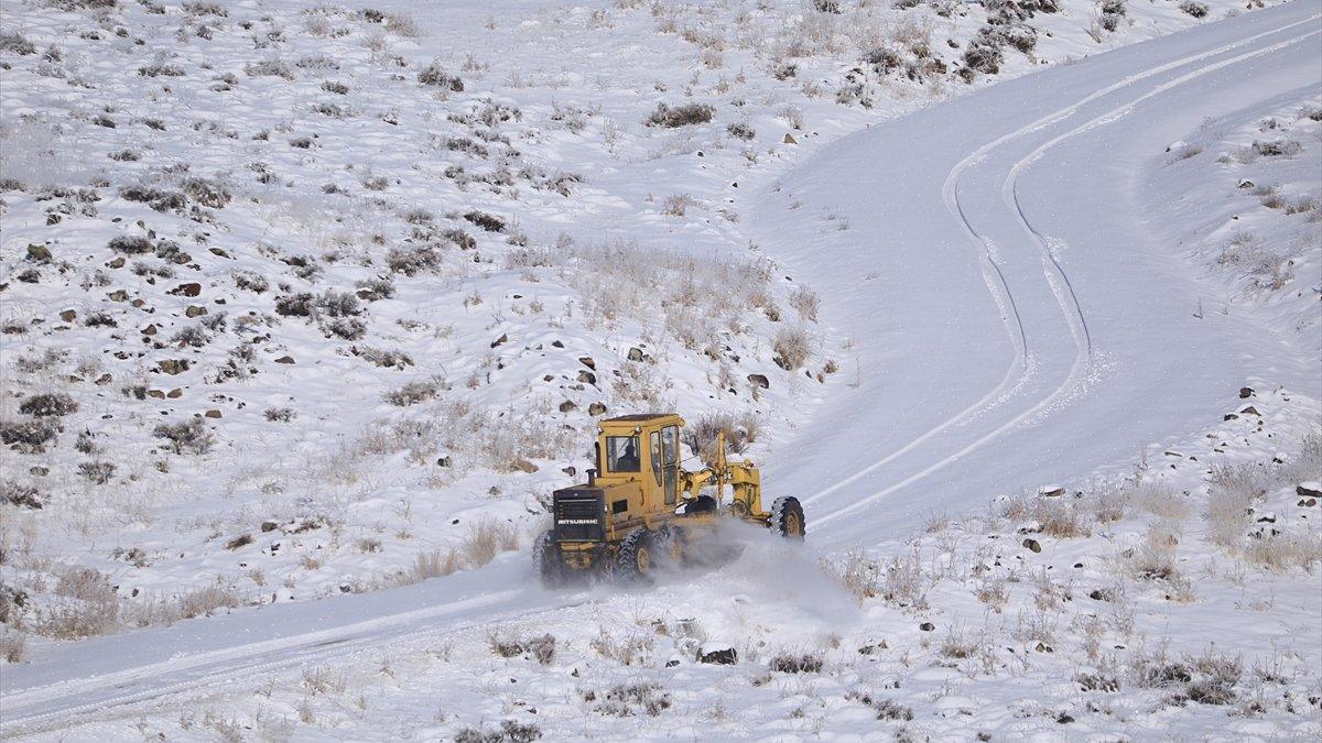 Bingöl'de kardan kapanan 10 köy yolu açıldı