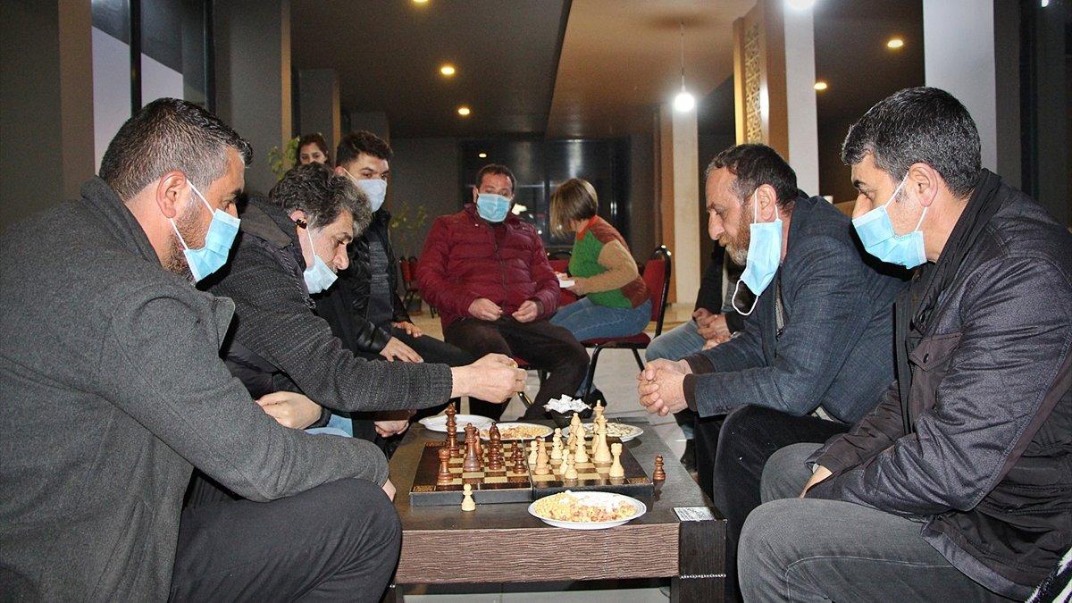 Bingöl'deki hayvanseverler satranç turnuvasıyla sokak hayvanlarına destek oldu