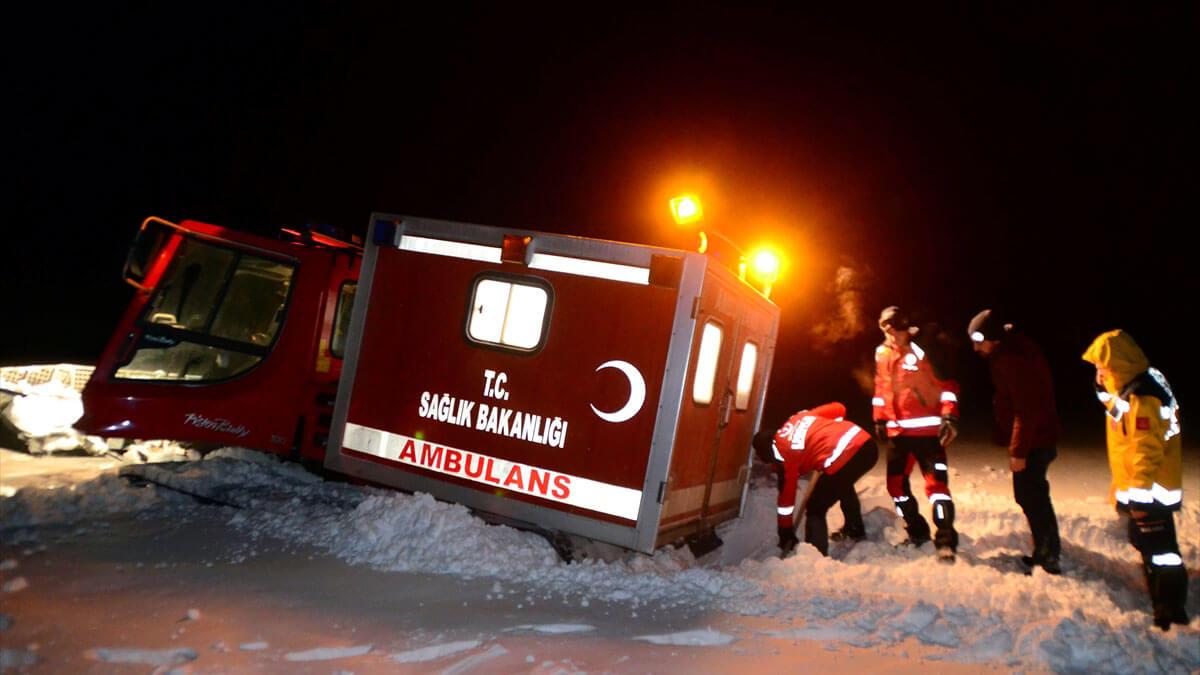 Bitlis'te 4 metre karda hasta kurtarma operasyonu
