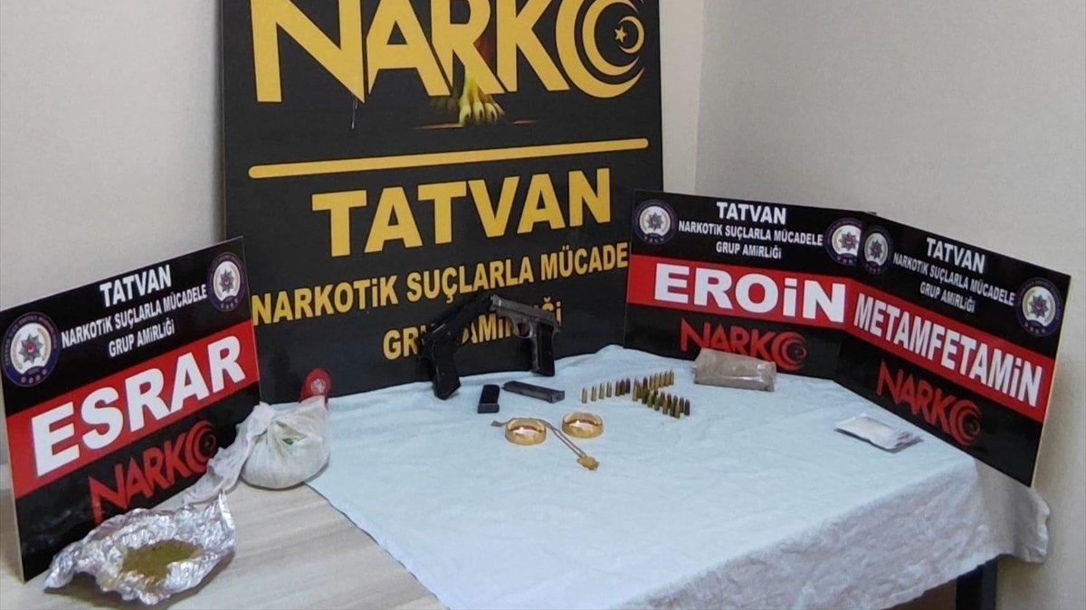 Bitlis'te arama yapılan otomobilde uyuşturucu, ruhsatsız tabancalar, altın ve para bulundu