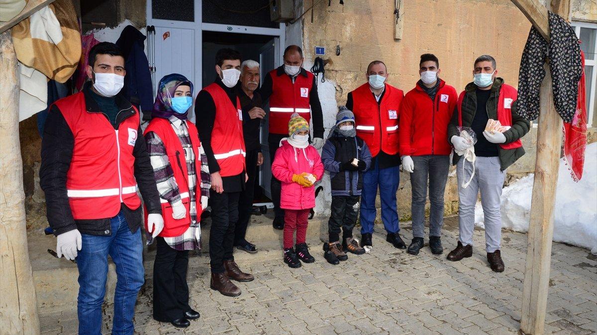 Bitlis'te gönüllü gençler karlı yolları aşarak çocukların ve ailelerin yüzünü güldürüyor