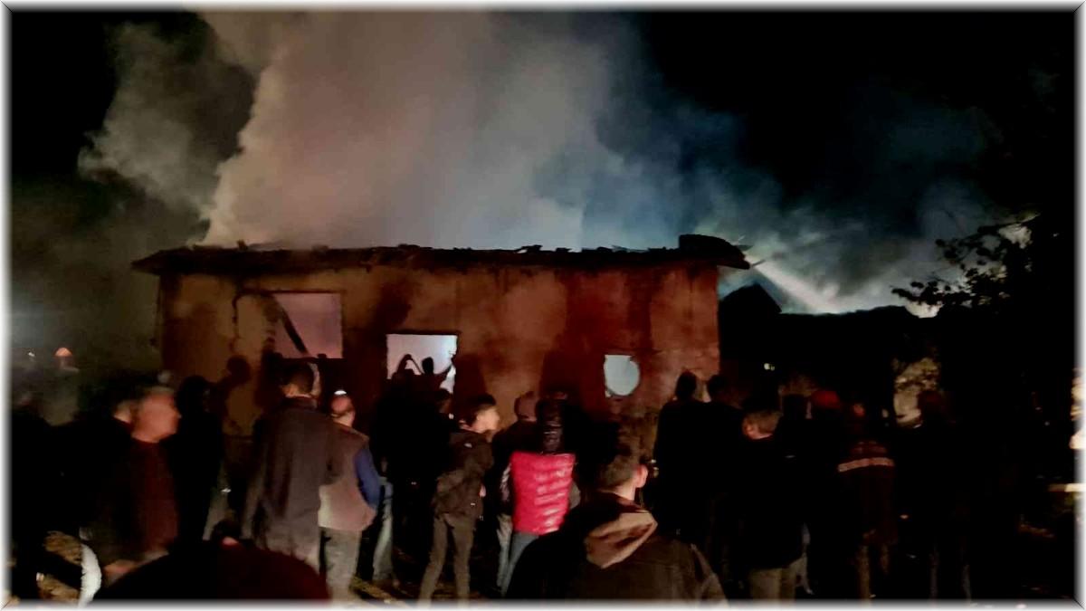 Çayırlı'da bir ev, ahır ve samanlık yanarak kül oldu