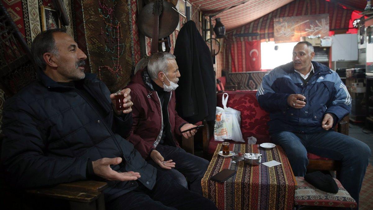 """""""Dadaşlar"""" kontrollü normalleşmeyle kıraathanede kıtlama çay keyfine kavuştu"""