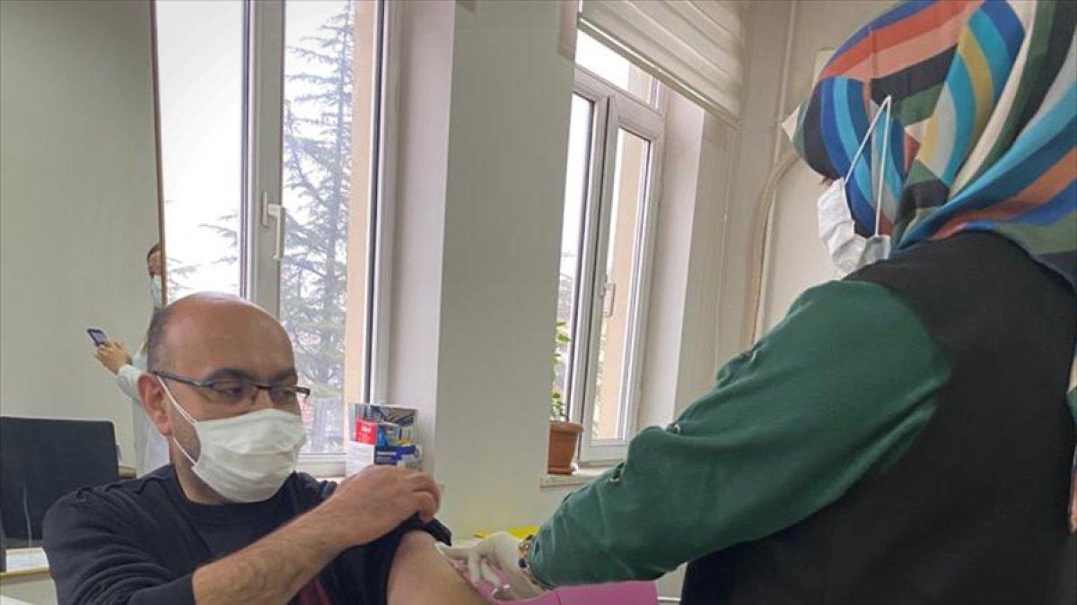Doğanşehir'de sağlık çalışanlarına CoronaVac aşısının ilk dozu yapılmaya başlandı