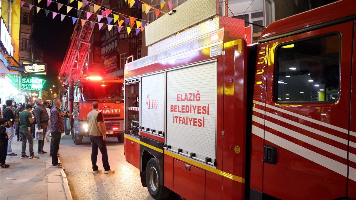 Elazığ'da apartmanın çatısında çıkan yangın söndürüldü