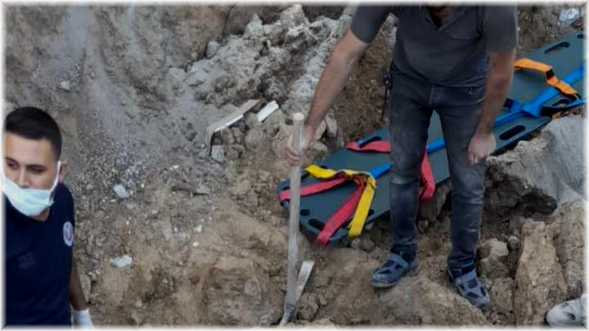 Elazığ'da göçük altında kalan işçi, itfaiye ekipleri tarafından kurtarıldı