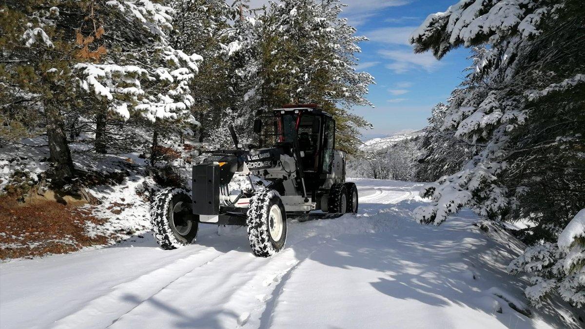 Elazığ'da kar nedeniyle 29 köy yolu ulaşıma kapandı