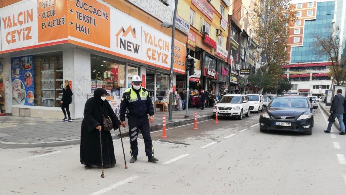 Elazığ'da polisten kalpleri ısıtan hareket: Trafiği durdurup yaşlı kadını karşıya geçirdi