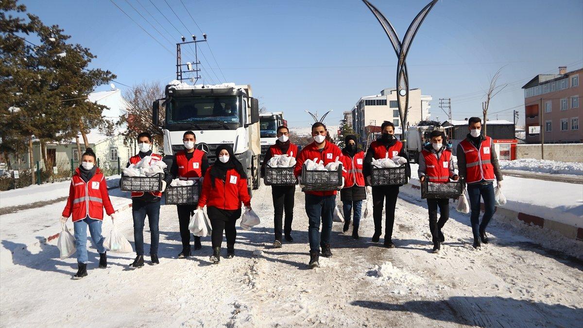 Erciş'te karla mücadele ekiplerine yemek ve çay ikramı