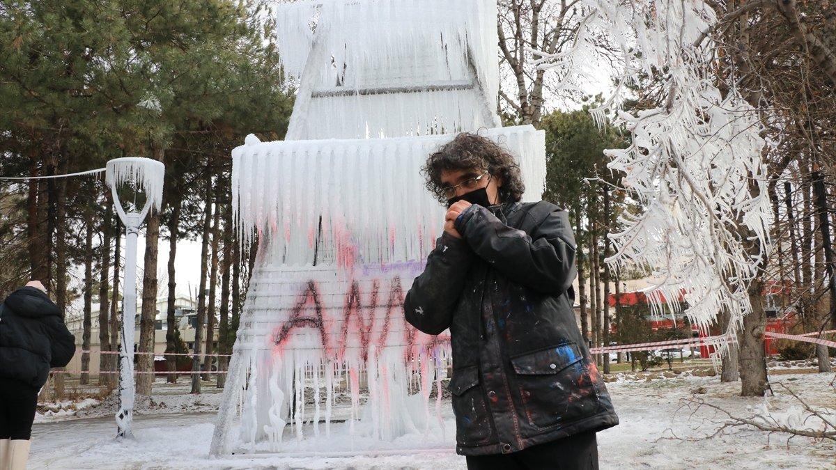 Erzincan'da bir akademisyen kadına şiddete buzdan performansla dikkati çekti