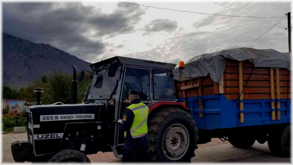Erzincan'da jandarma traktör denetiminde