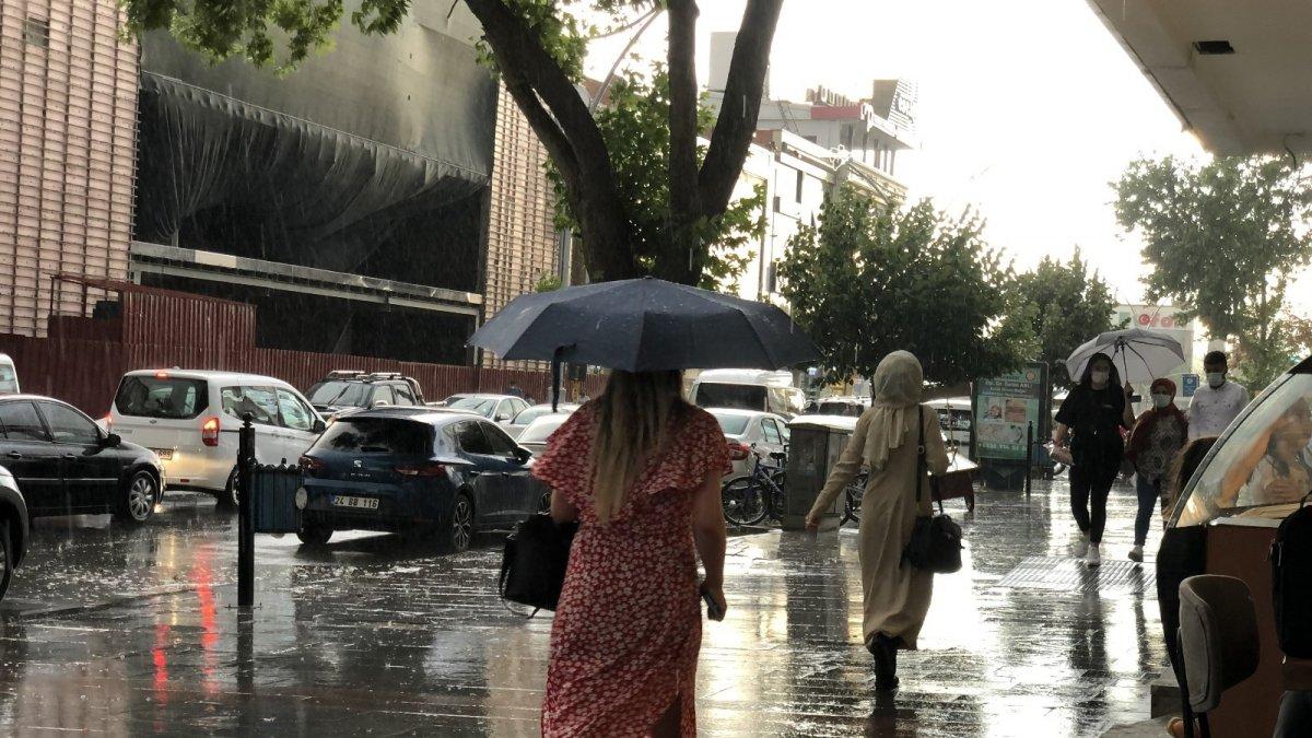 Erzincan'da sağanak sele dönüştü, bazı köy yolları ulaşıma kapandı