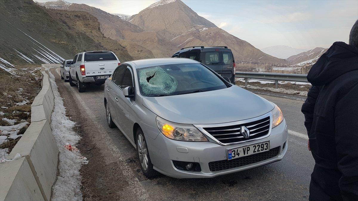 Erzincan'da seyir halindeki otomobilin camından içeri düşen kaya parçası muhtarı ağır yaraladı