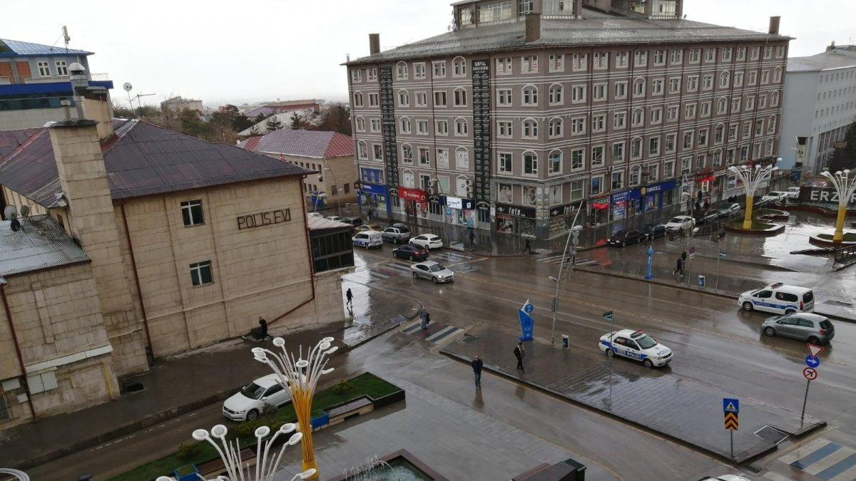 Erzurum'da aniden bastıran dolu yağışı vatandaşları hazırlıksız yakaladı