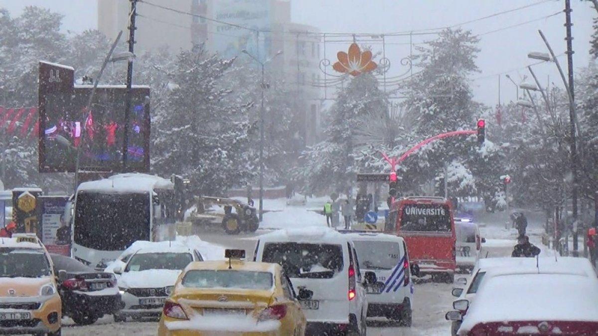 Erzurum'da kış geri geldi