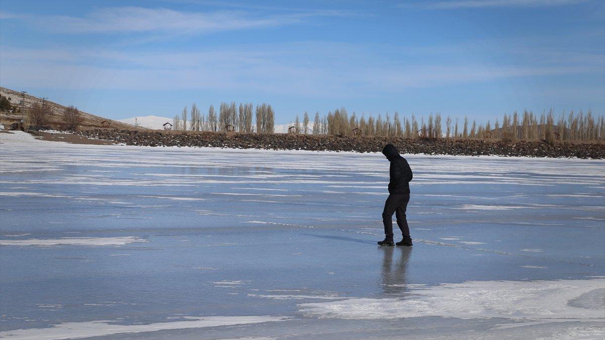 Erzurum'da yüzeyi buz tutan Tekederesi Göleti kışın tüm güzelliklerini yansıtıyor