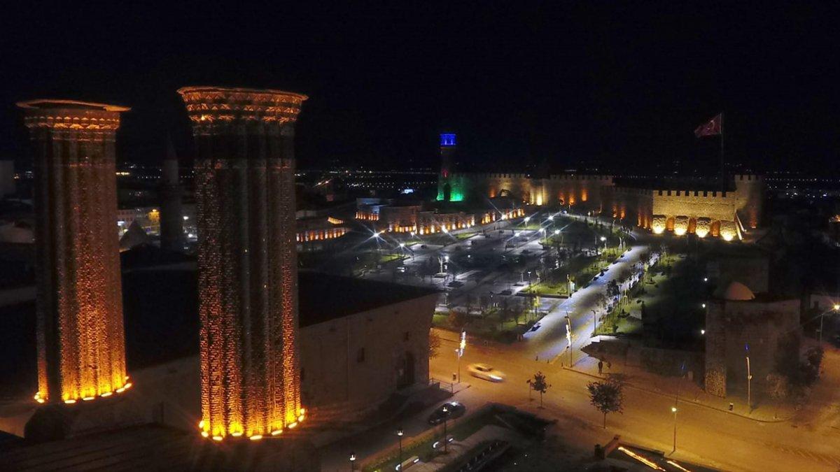 Gece ışıklandırılan tarihi Erzurum Kalesi ve çevresi yeni görüntüsüyle göz kamaştırıyor