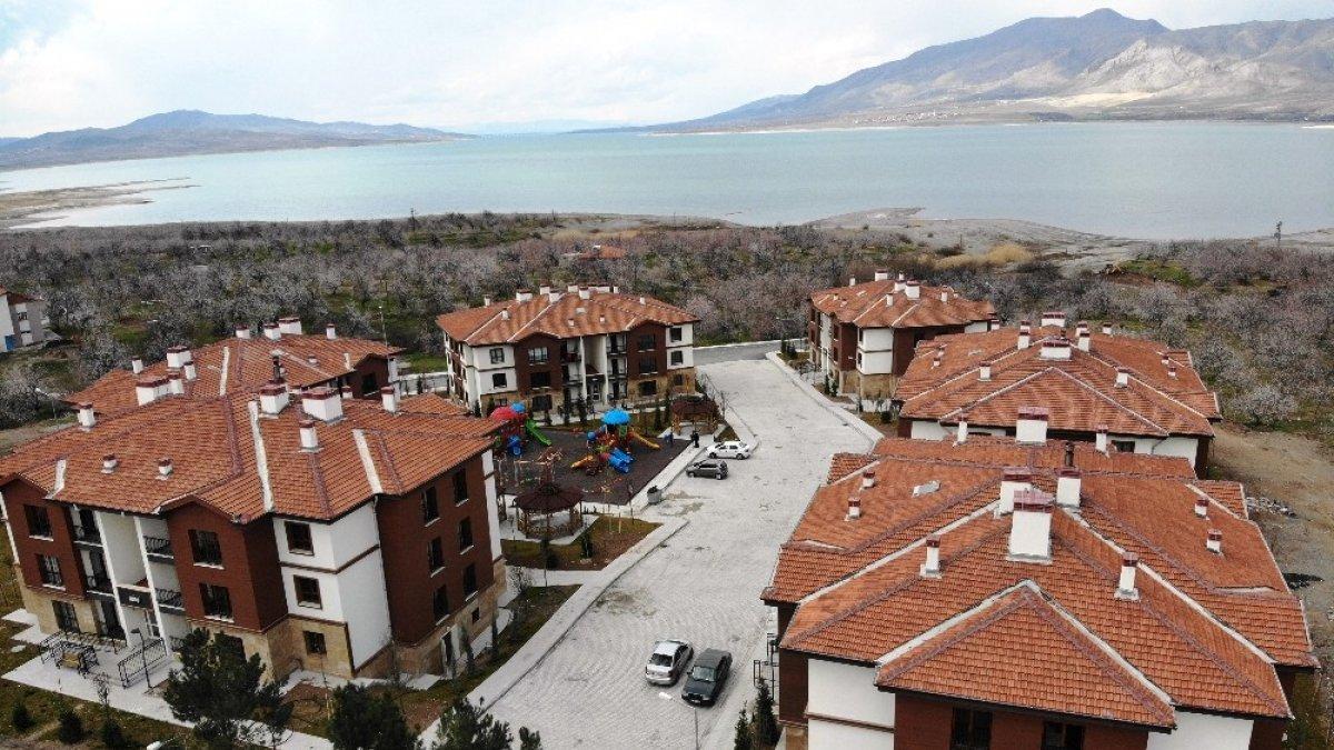 Göl manzaralı deprem konutlarında yaşam başladı