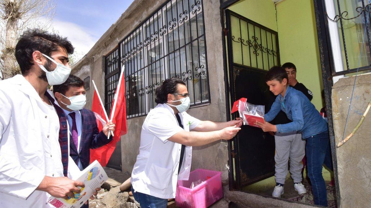 Gönüllü doktorlardan köy çocuklarına 23 Nisan hediyesi