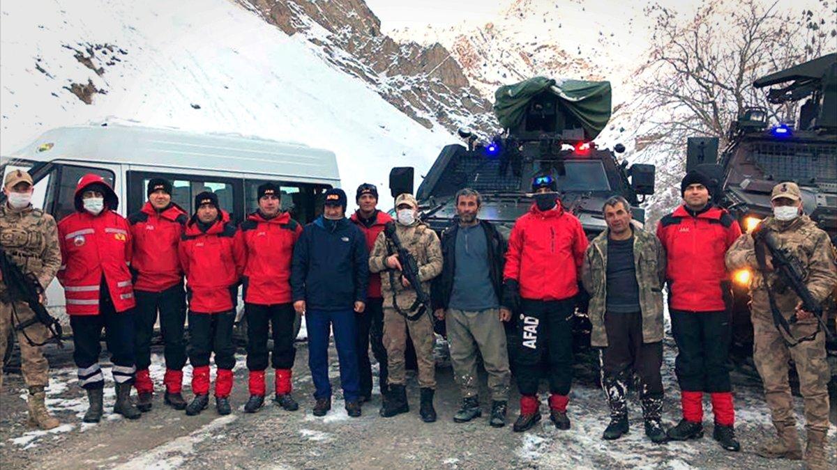 Hakkari'de çığ düşmesi nedeniyle dağdan dönemeyen besici kardeşler kurtarıldı