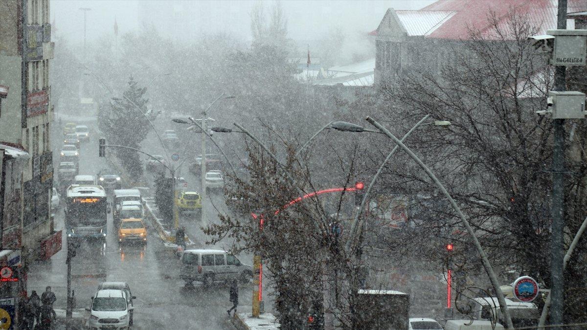 İlkbaharda etkili olan kar yağışı Ağrı'da hayatı olumsuz etkiledi