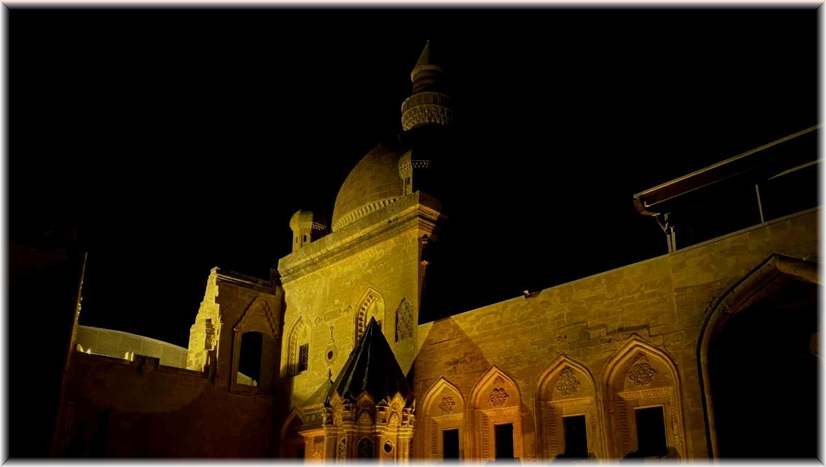 İshak Paşa Sarayı'nın gece manzarası mest etti