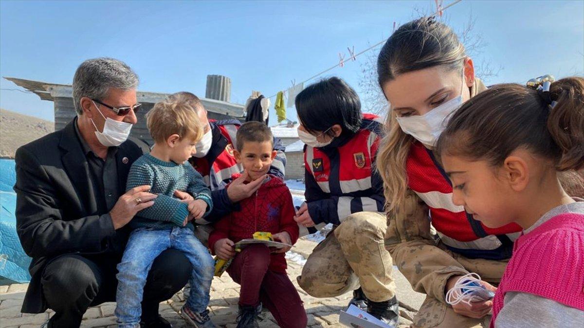 Jandarmadan Elazığ'daki depremzedelere anlamlı ziyaret