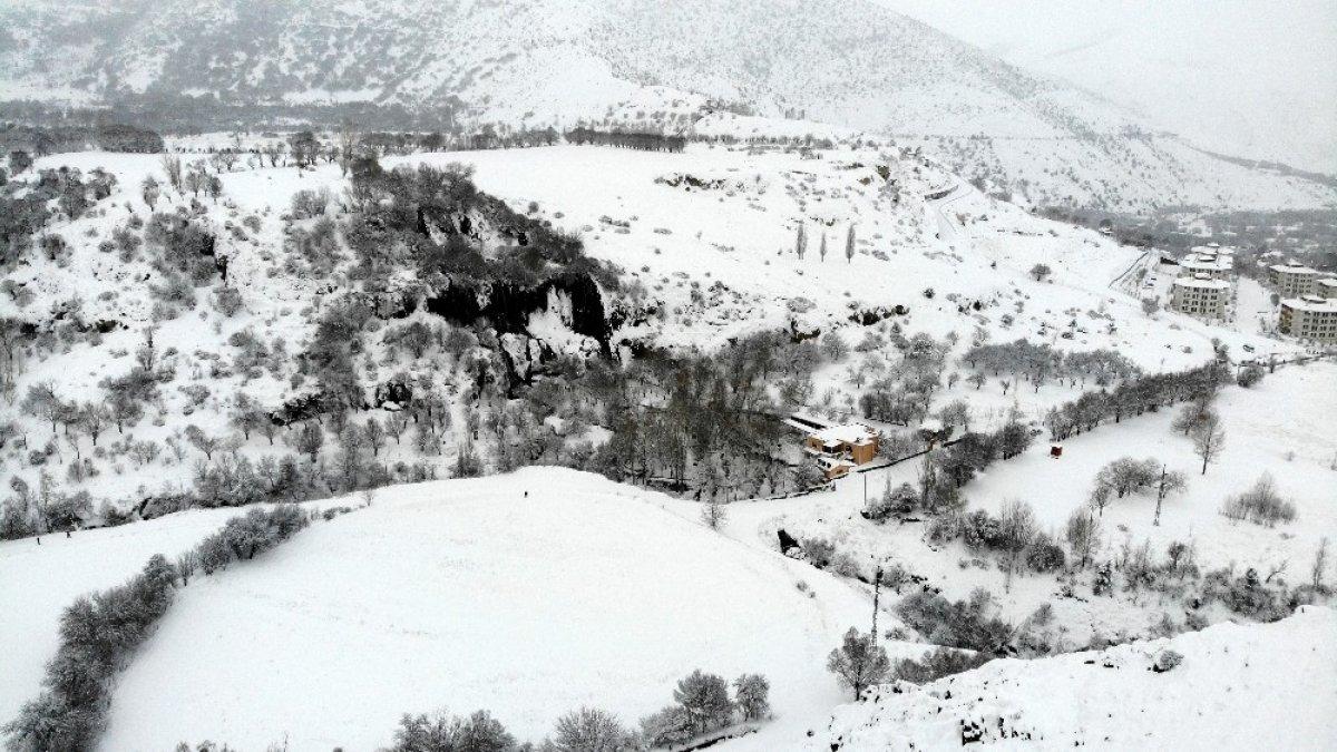 Karla yeniden beyaza bürünen Girlevik Şelalesi ziyaretçilerine görsel şölen sunuyor
