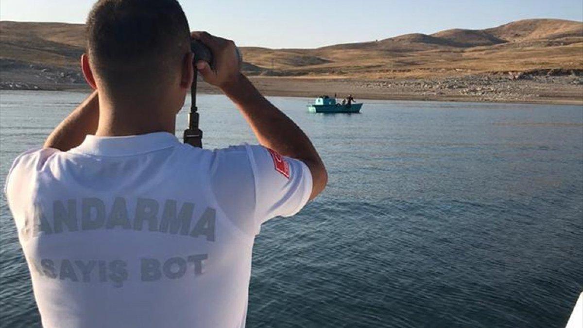 Keban Baraj Gölü'nde mahsur kalan teknedeki 5 kişi kurtarıldı