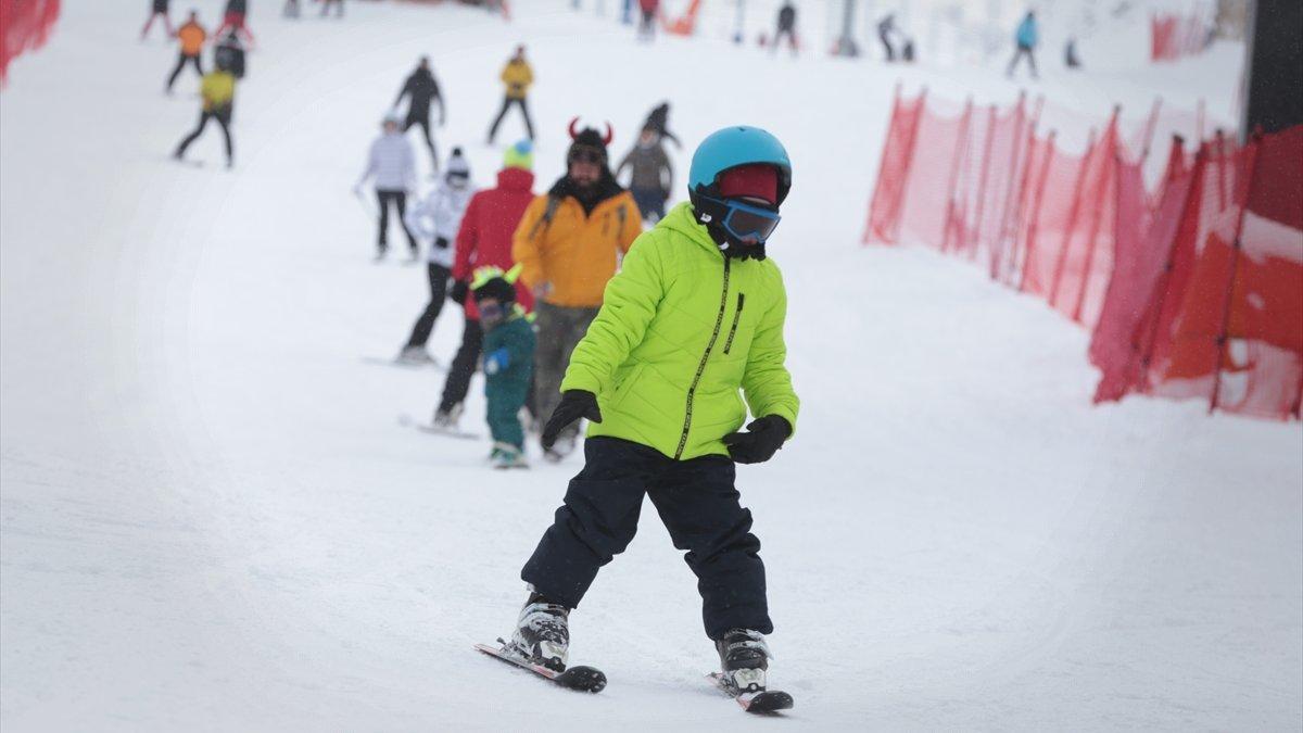Kısıtlamadan muaf tutulan turistler Palandöken'de kayağın keyfini çıkarıyor