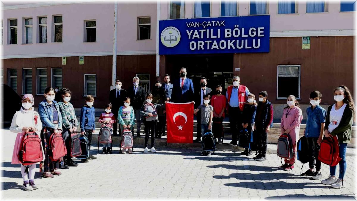 Kızılay'dan Çatak'taki öğrencilere kırtasiye yardımı