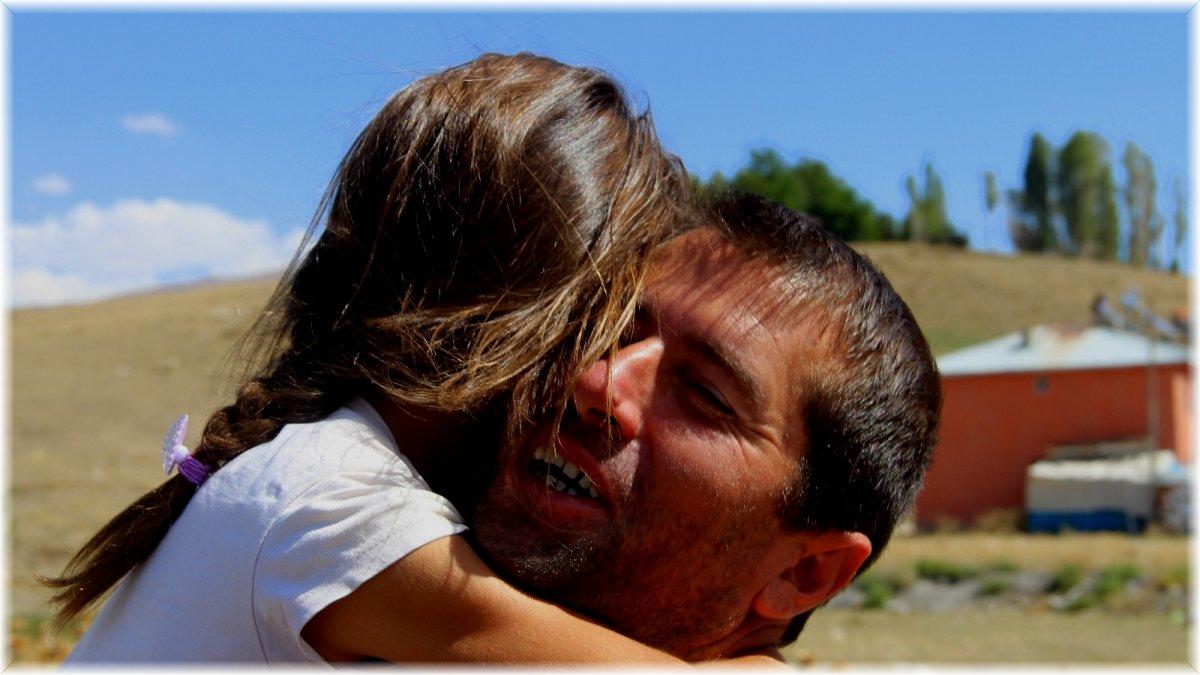 Kızlarının eğitimi için ölümü göze alan babanın büyük fedakarlığı