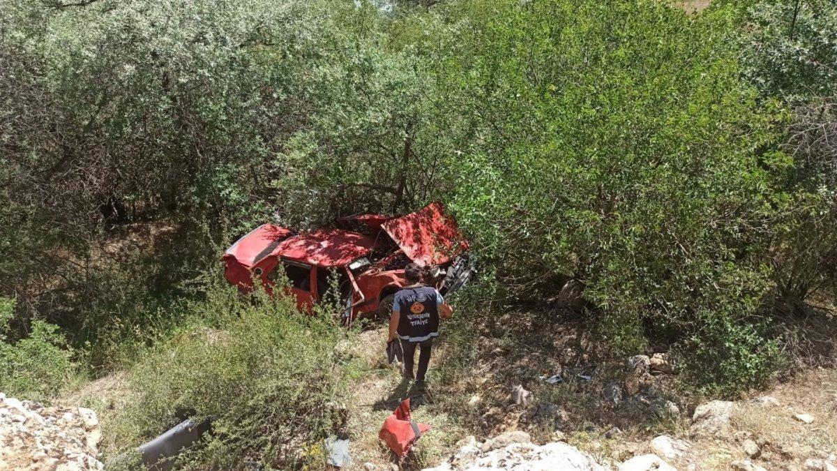Kontrolden çıkan otomobil Botan Çayı'na uçtu: 2 yaralı
