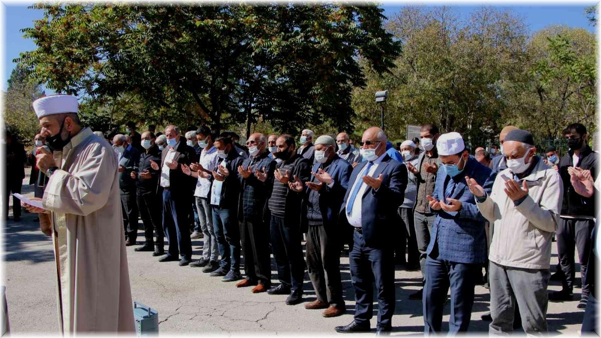 Kuraklığın etkisini gösterdiği Elazığ'da vatandaşlar yağmur duasına çıktı