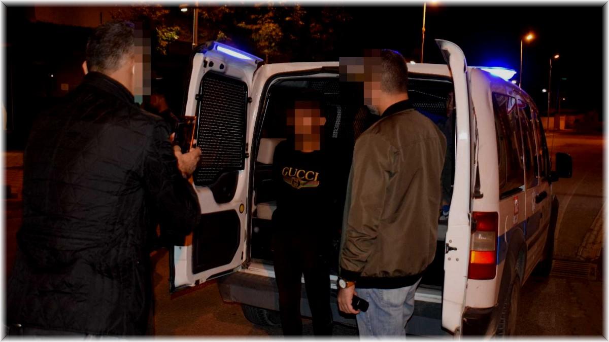 Malatya'da gasp ettikleri araçla polisten kaçarken kaza yapan şüpheliler kıskıvrak yakalandı
