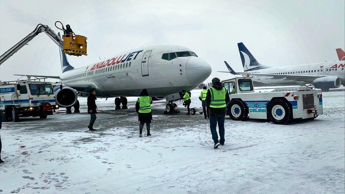 Malatya Havalimanı'nın pisti zorlu hava şartlarına rağmen ulaşıma hazır tutuluyor