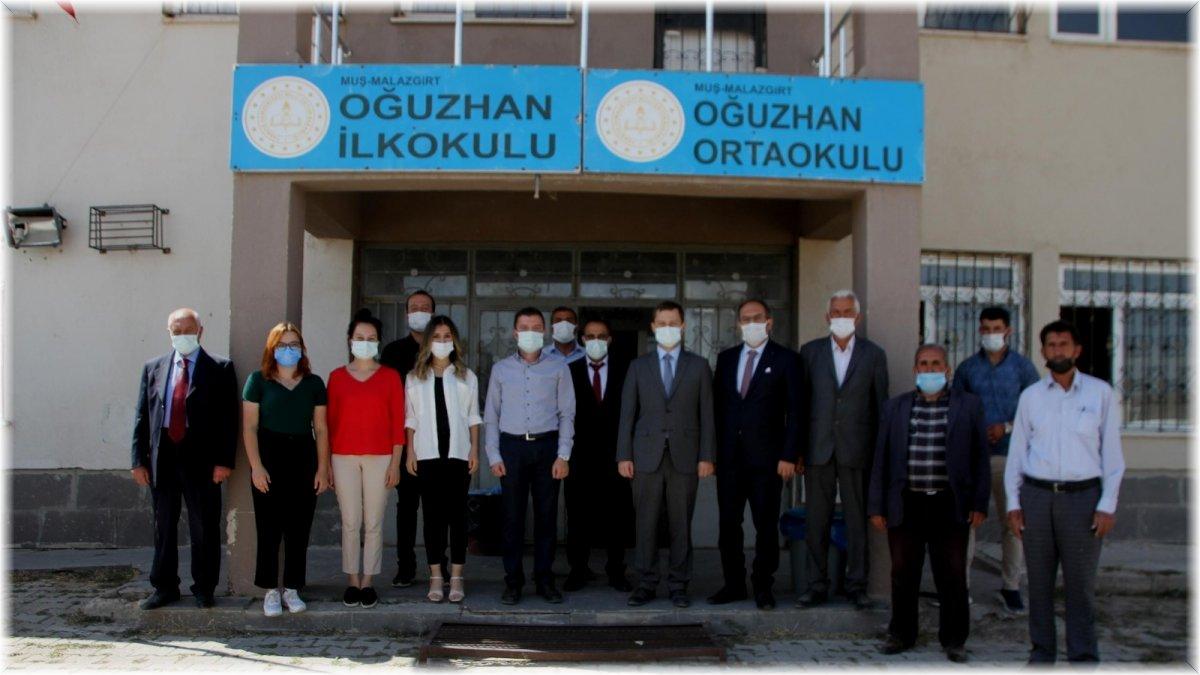 Malazgirt Kaymakamı Demirer, köylülerin problemlerini dinliyor