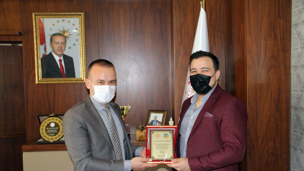 Milli Eğitim Müdürü Tekin, Çetintaş'a plaket takdim etti