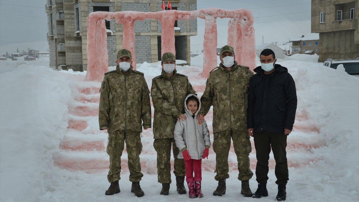 Milli Savunma Bakanı Akar, kardan Anıtkabir maketi yapan Hakkarili aileyi Ankara'ya davet etti