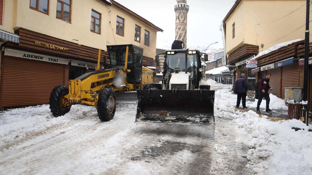 Muş Belediyesi karla kaplı cadde ve sokakları temizliyor