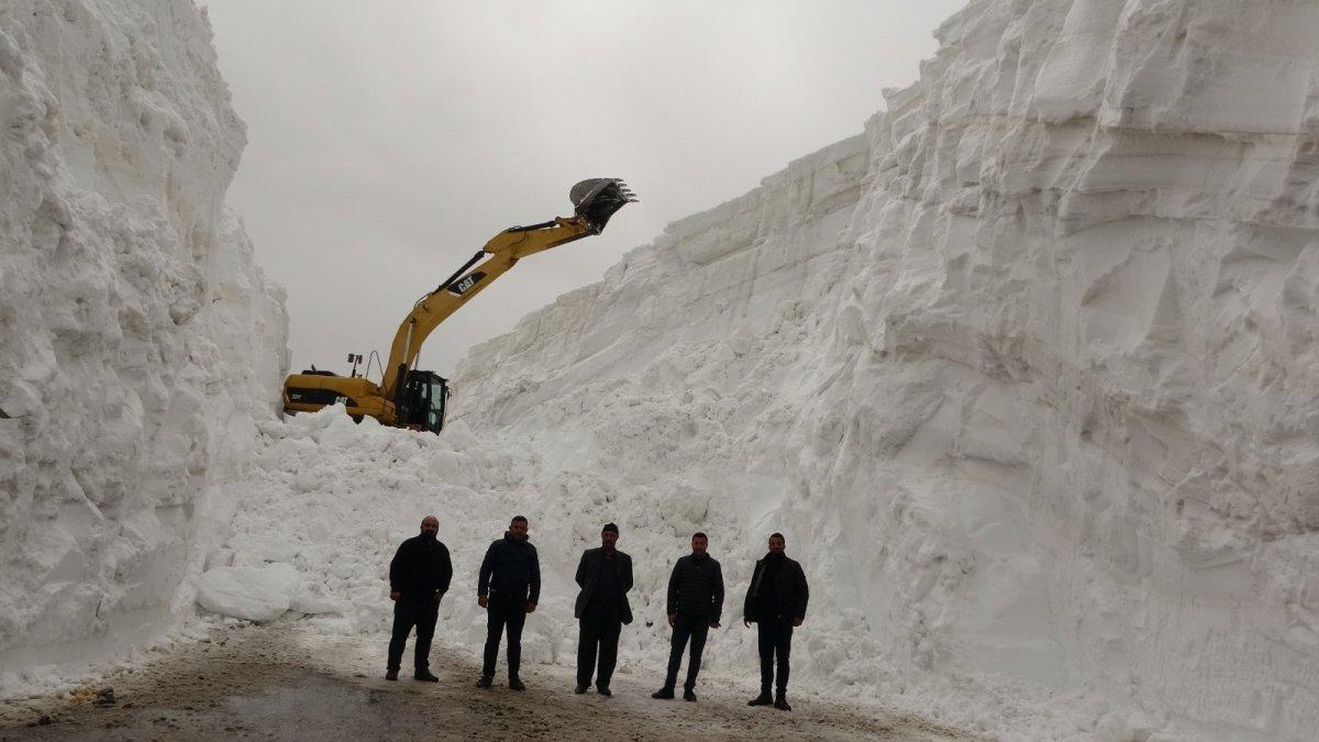 Nisan ayında karın 20 metreyi bulduğu yolda çalışma