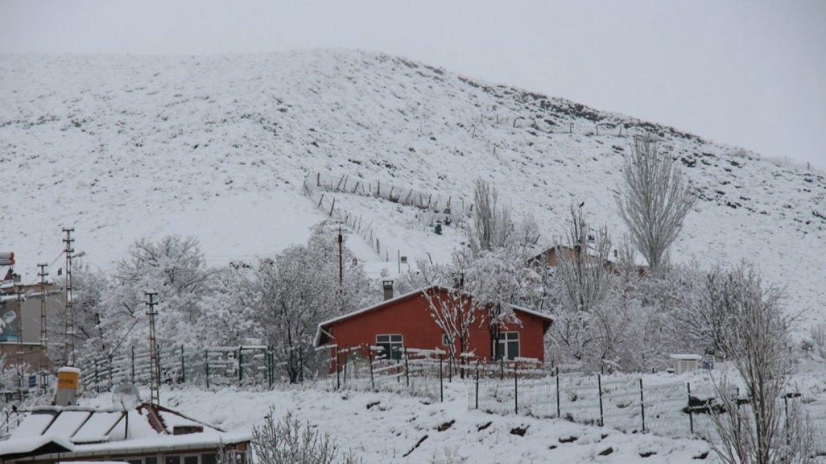 Oltu'ya Mart karı yağdı